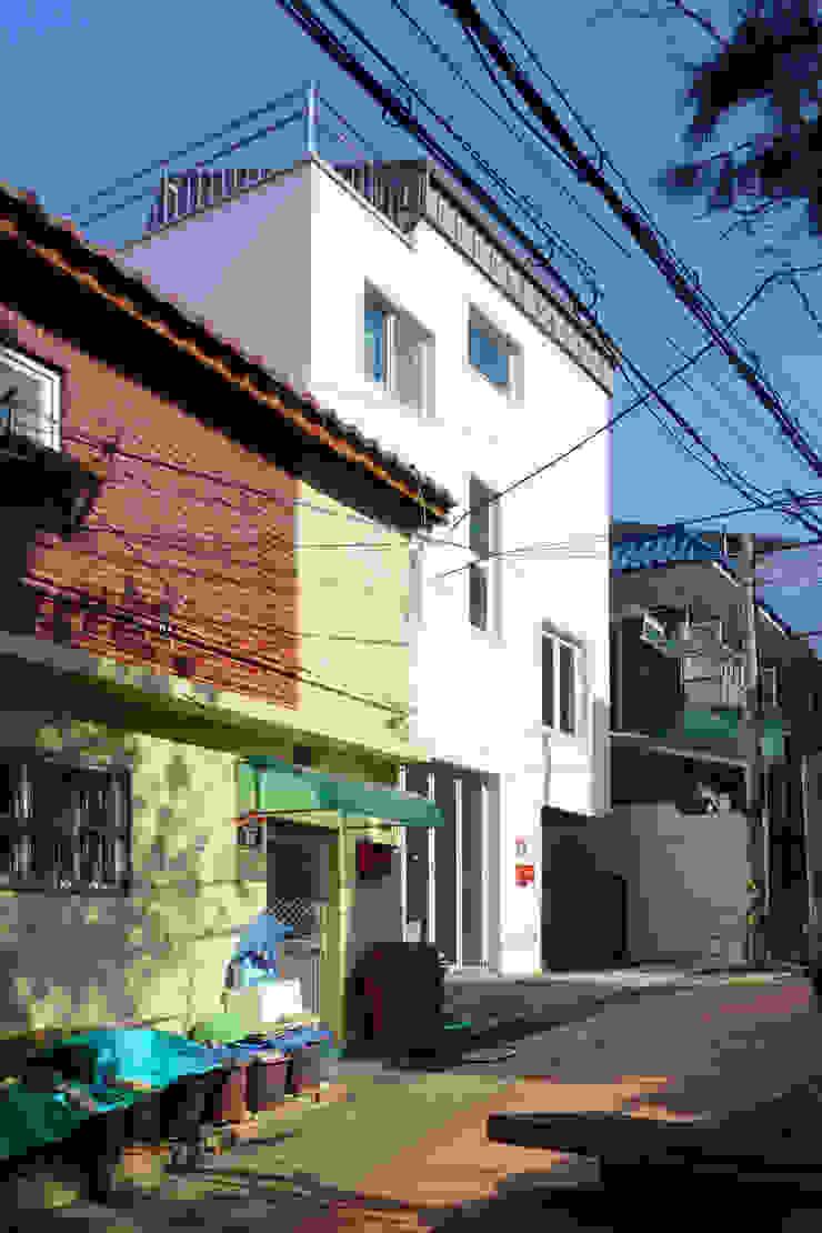 정면 모던스타일 주택 by 건축그룹 [tam] 모던