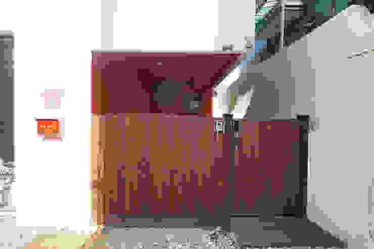 대문 및 주차장 모던스타일 주택 by 건축그룹 [tam] 모던