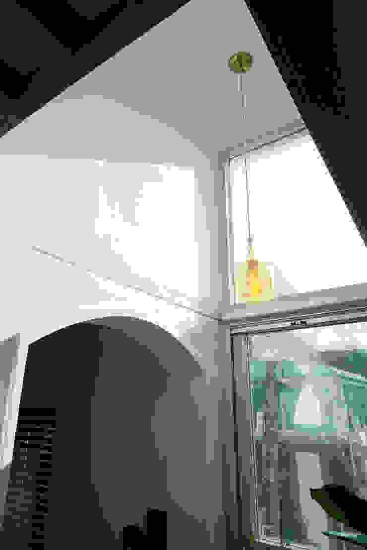 2층 창문 모던스타일 주방 by 건축그룹 [tam] 모던