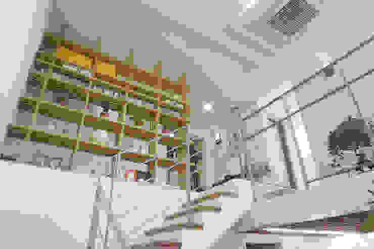 2-3층 계단 및 책장 by 건축그룹 [tam] 모던