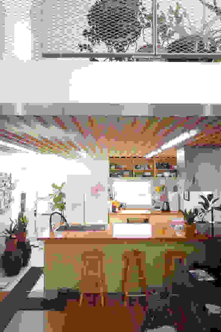 주방 위 시네마데크 by 건축그룹 [tam] 모던 우드 우드 그레인
