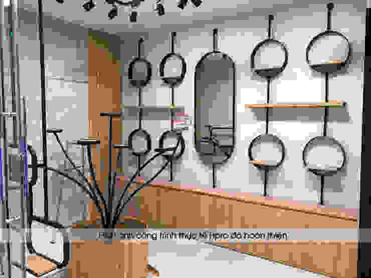 Hoàn thiện nội thất gỗ laminate khu trưng bày mỹ phẩm: công nghiệp  by Nội thất Hpro, Công nghiệp