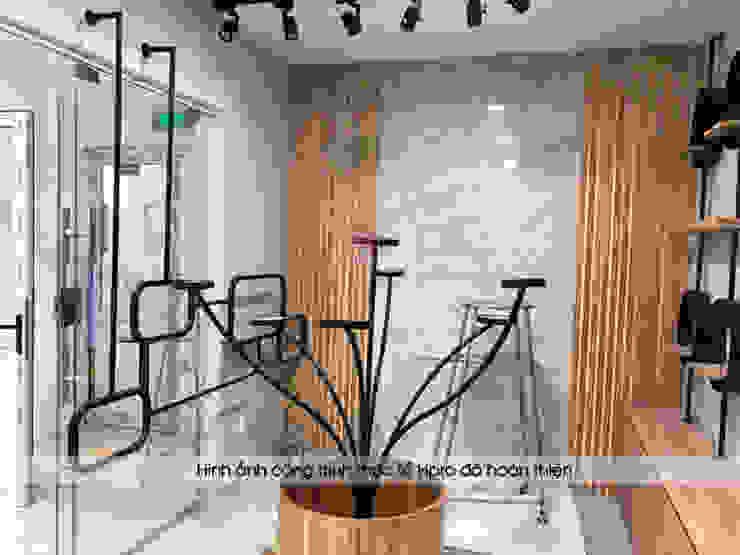 Ảnh thực tế kệ trưng bày chính gỗ laminate trong showroom: công nghiệp  by Nội thất Hpro, Công nghiệp