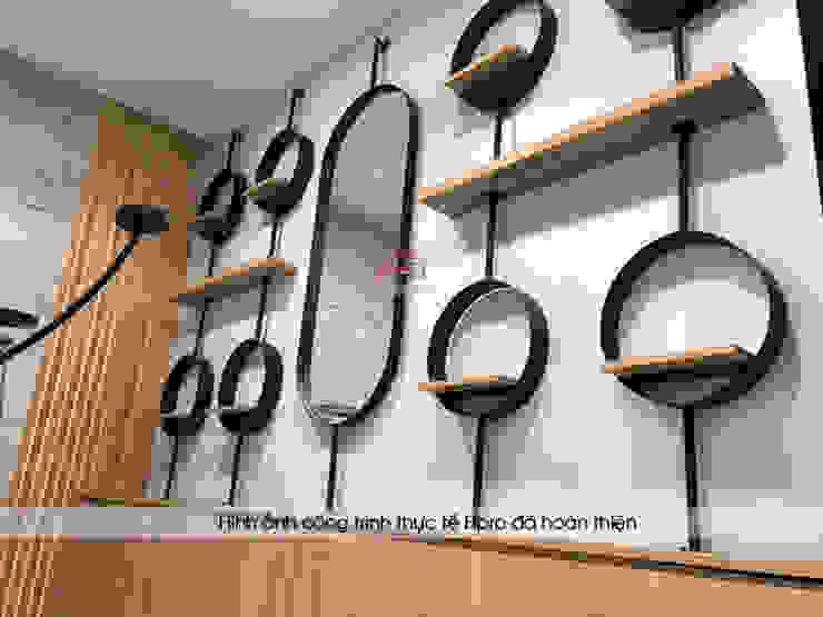Ảnh thực tế kệ trang trí gỗ laminate trong showroom: công nghiệp  by Nội thất Hpro, Công nghiệp