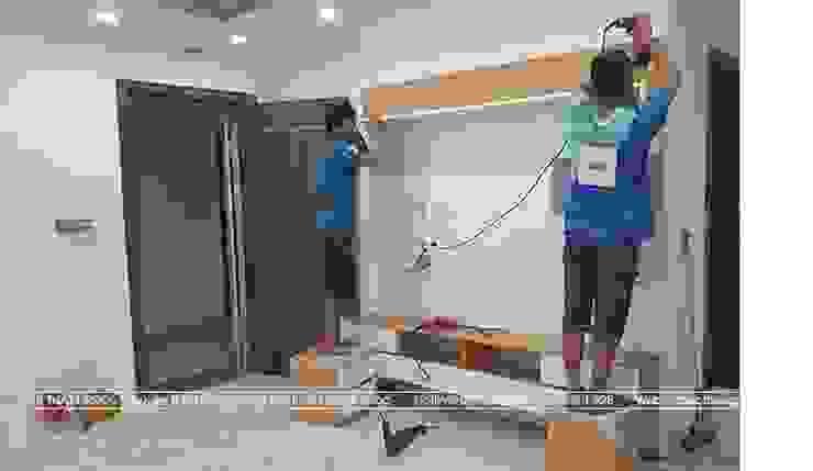 Thi công lắp đặt kệ tivi trong phòng khách nhà anh Mai ở Việt Trì: hiện đại  by Nội thất Hpro, Hiện đại