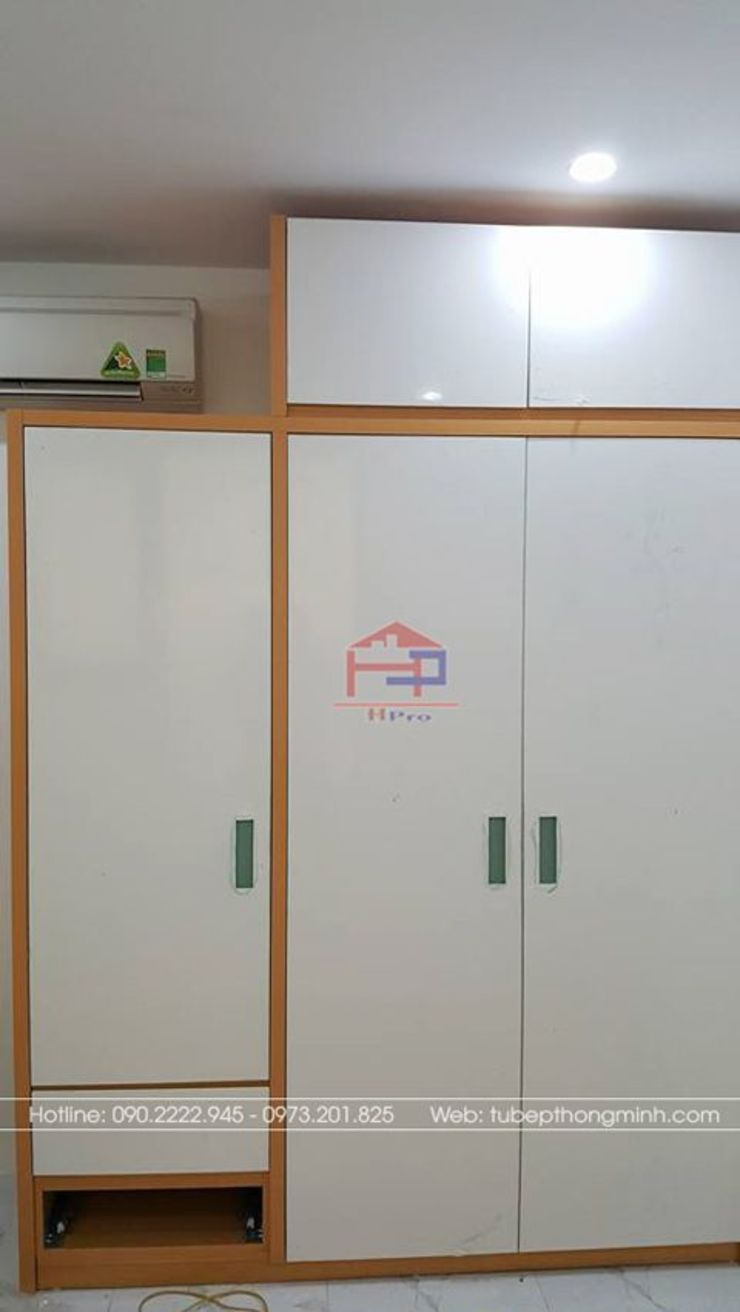 Ảnh thực tế tủ quần áo melamine trong phòng ngủ master nhà anh Mai ở Việt Trì: hiện đại  by Nội thất Hpro, Hiện đại