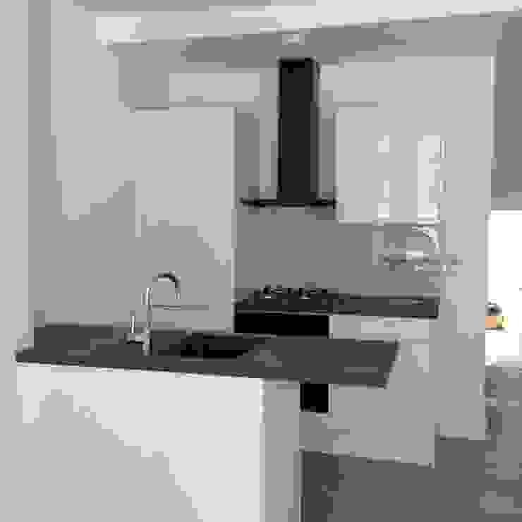 flat refurbishment london london-refurbishment-company Kleine keuken MDF Wit