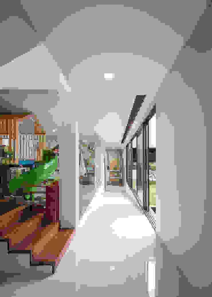 XZ House Koridor & Tangga Tropis Oleh Rakta Studio Tropis