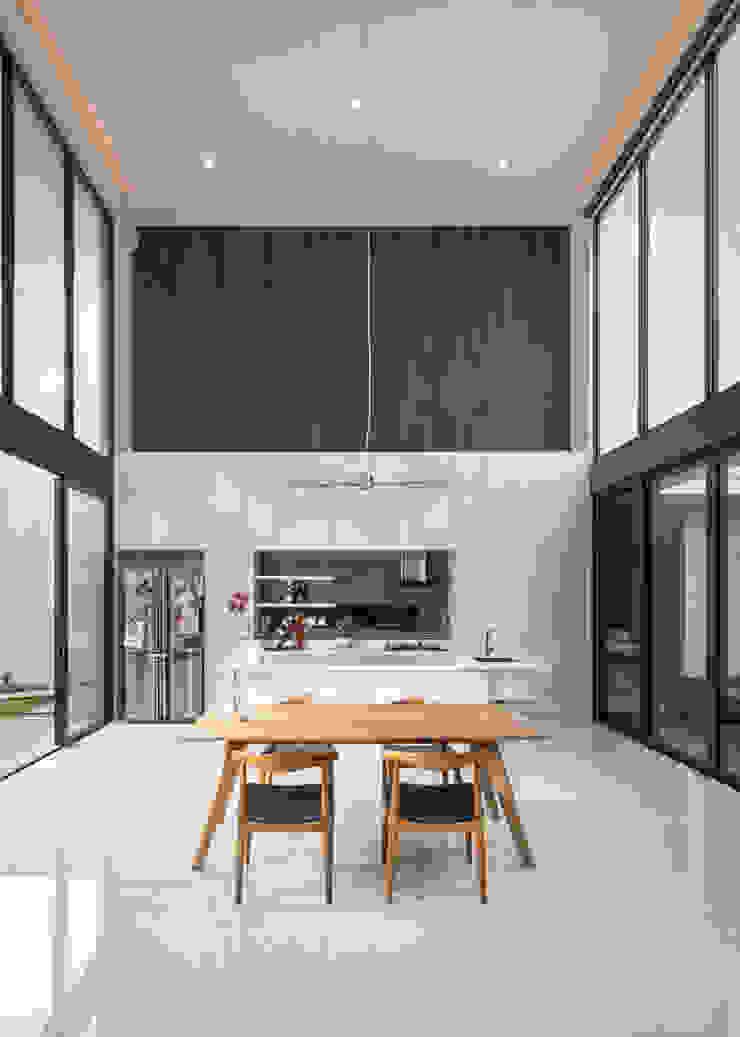 Ruang Makan Ruang Makan Tropis Oleh Rakta Studio Tropis