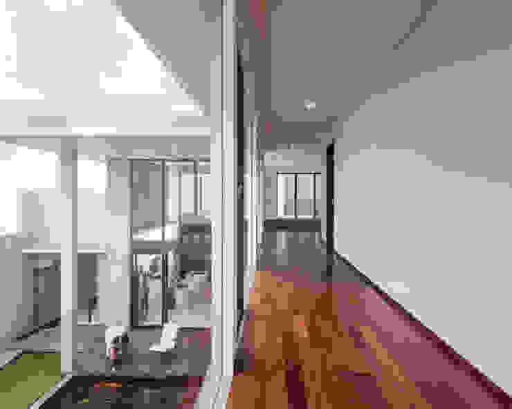 Koridor Lantai 2 Koridor & Tangga Tropis Oleh Rakta Studio Tropis