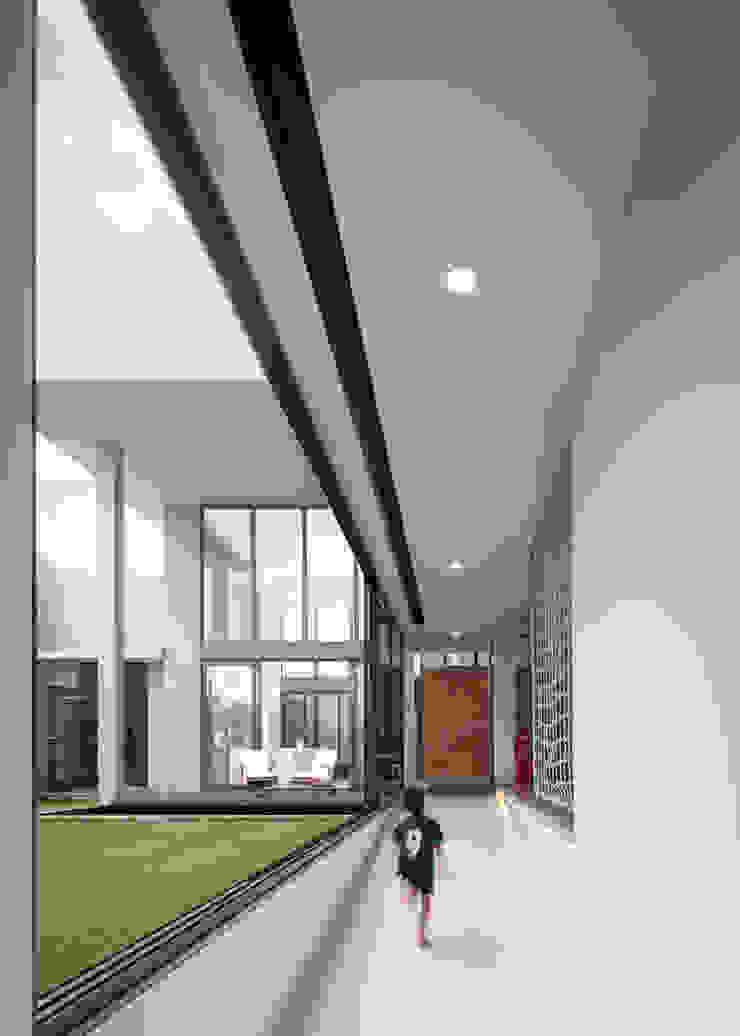 Koridor Lantai 1 Koridor & Tangga Tropis Oleh Rakta Studio Tropis