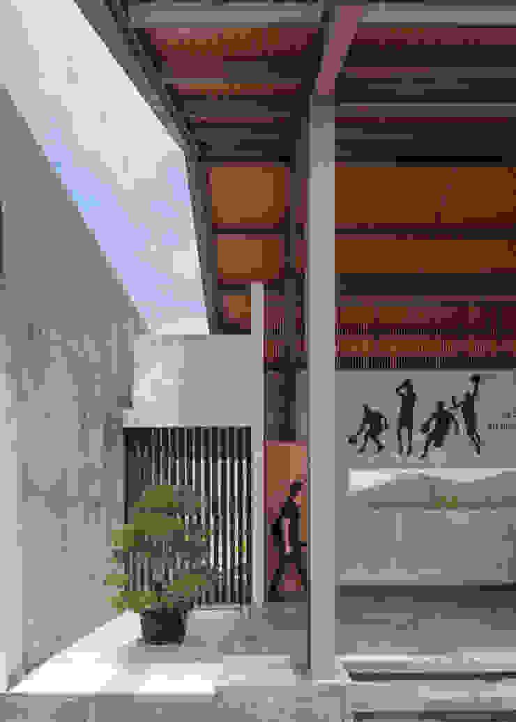 ETC House Oleh Rakta Studio Industrial