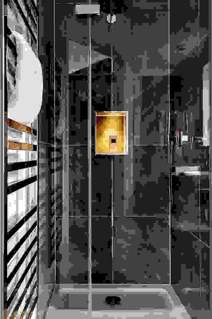 Bagno moderno di Mark Hardy Moderno