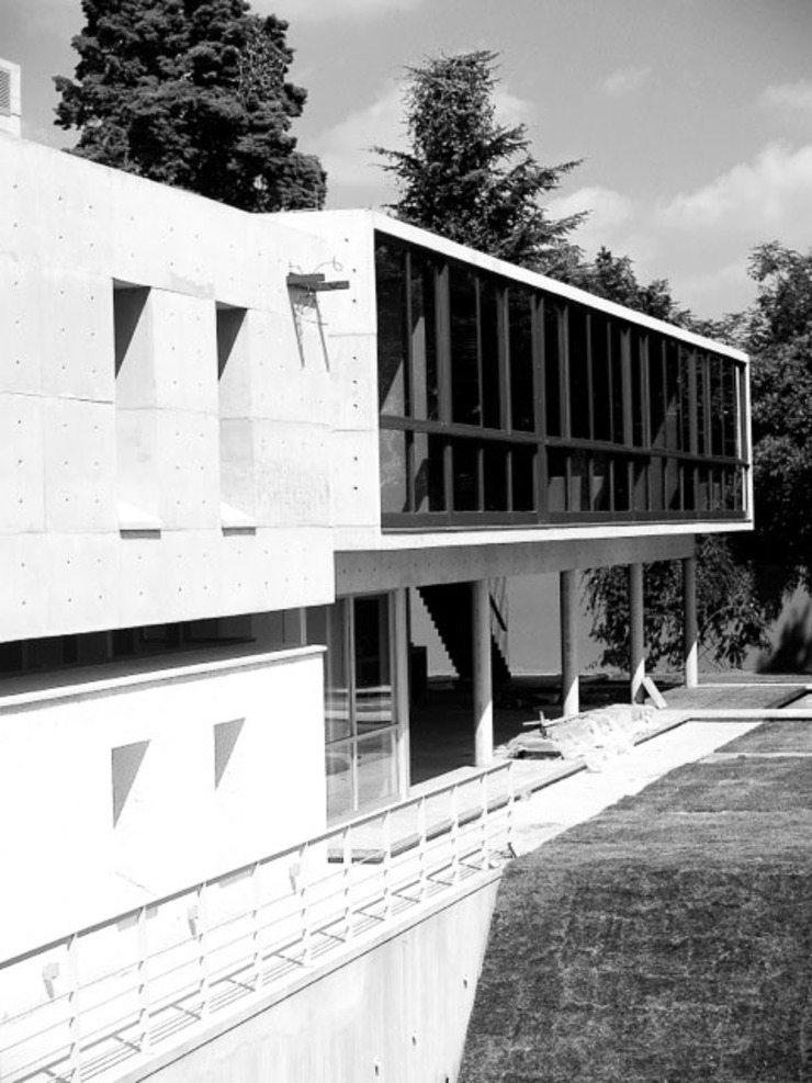 Articulated concrete house Modern Houses by PWM Architects Modern