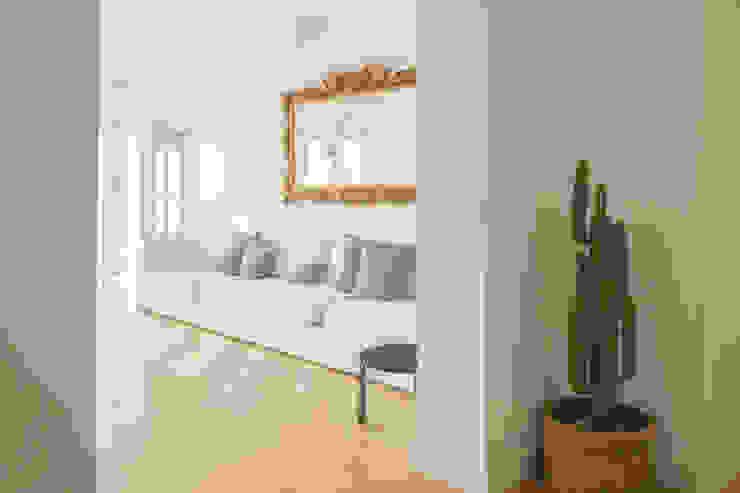 Ingresso verso soggiorno Arbit Studio Ingresso, Corridoio & Scale in stile moderno Legno Bianco