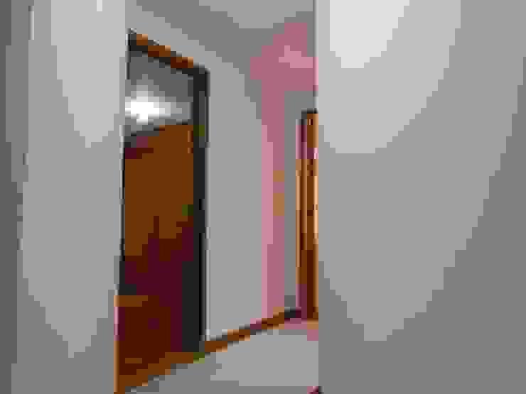 Hall de Alcobas Pasillos, vestíbulos y escaleras de estilo clásico de AlejandroBroker Clásico
