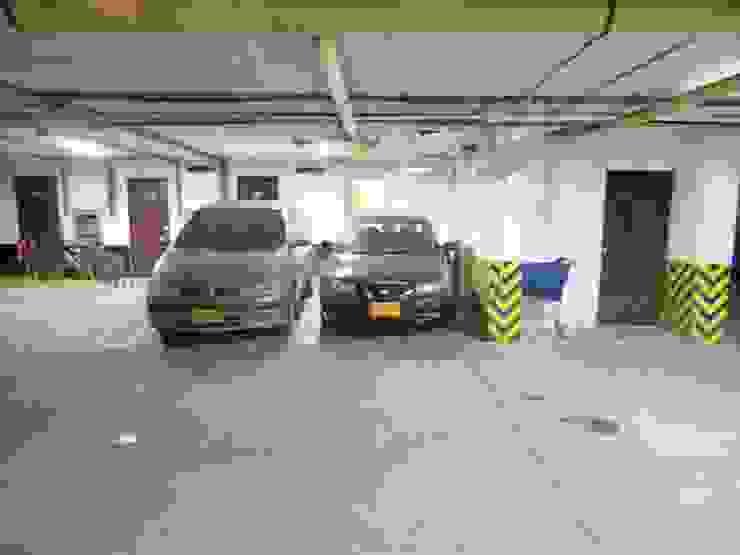 Parqueaderos Garajes de estilo clásico de AlejandroBroker Clásico