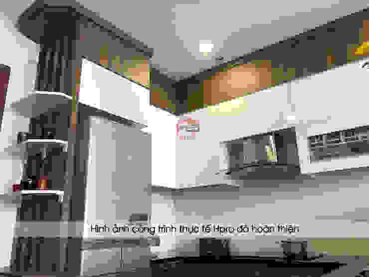 Thiết kế tủ bếp laminate kịch trần giúp gia đình chú Việt có thể cất giữ nhiều đồ đạc ít dùng đến ở trên cao: hiện đại  by Nội thất Hpro, Hiện đại