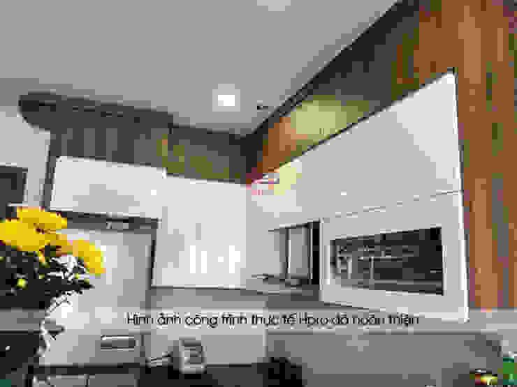 Tủ bếp laminate màu trắng bóng kết hợp với màu vân gỗ tạo sự sang trọng cho không gian nhà bếp của chú Việt: hiện đại  by Nội thất Hpro, Hiện đại