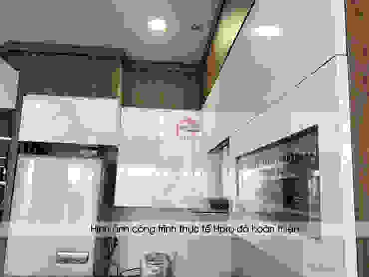 Ảnh thực tế tủ bếp laminate nhà chú Việt sau khi đã lắp đặt đầy đủ phụ kiện cao cấp: hiện đại  by Nội thất Hpro, Hiện đại