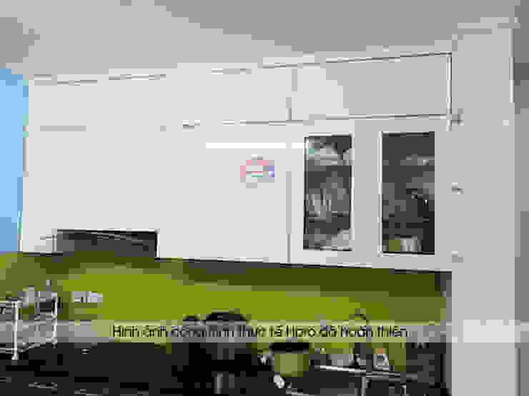 Màu trắng của hệ tủ bếp trên giúp không gian phòng bếp sáng và rộng hơn: hiện đại  by Nội thất Hpro, Hiện đại