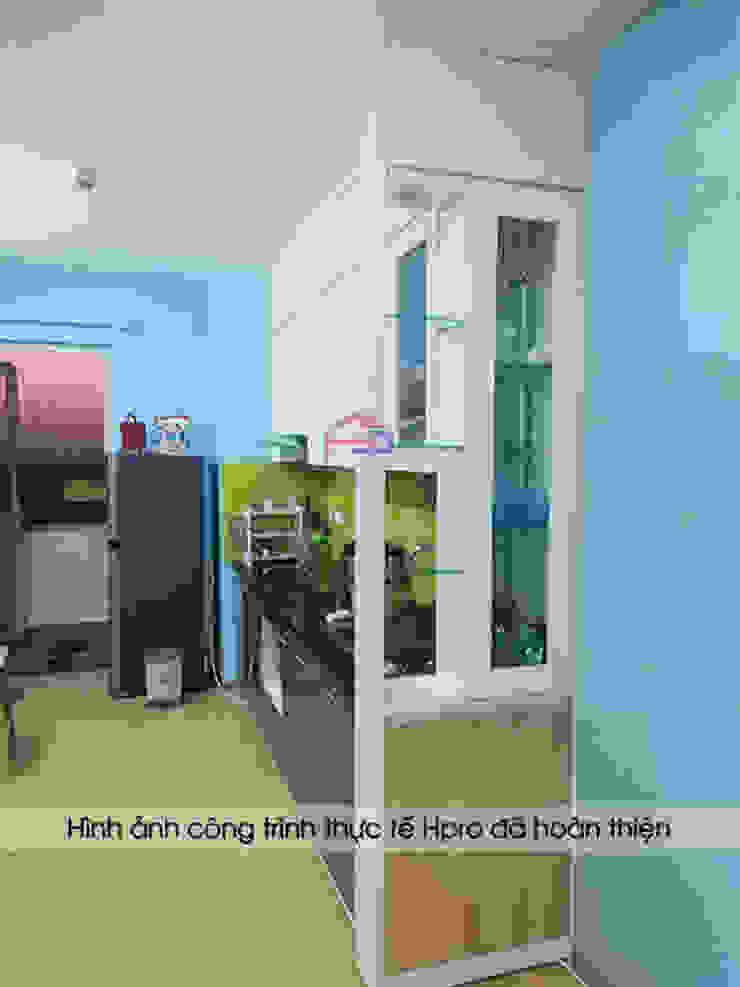 Hệ tủ bếp phía dưới màu ghi tạo sự hiện đại và sang trọng cho căn bếp nhà anh Điệp: hiện đại  by Nội thất Hpro, Hiện đại