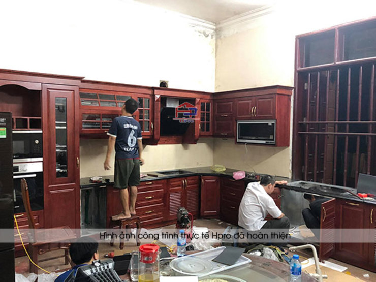 Ảnh thi công thực tế tủ bếp gỗ hương nhà cô Vân ở Thanh Hóa: hiện đại  by Nội thất Hpro, Hiện đại