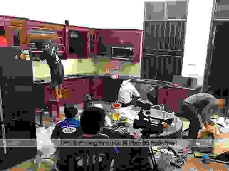 Lắp đặt tủ bếp gỗ hương nhà cô Vân ở Thanh Hóa: hiện đại  by Nội thất Hpro, Hiện đại