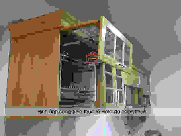 Cận cảnh các đường vân gỗ hình núi trên bộ tủ bếp gỗ sồi nga nhà anh Phương ở Ngoại Giao Đoàn: hiện đại  by Nội thất Hpro, Hiện đại