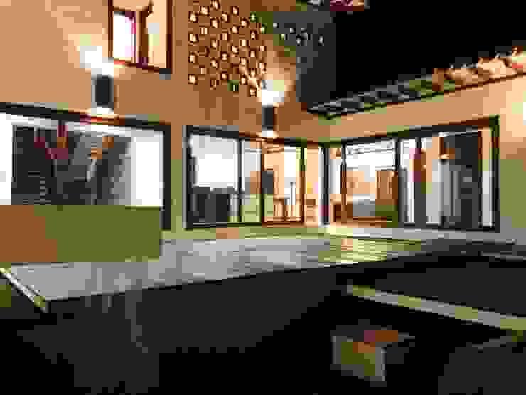 patio central en la noche cesar sierra daza Arquitecto Balcones y terrazas de estilo rústico