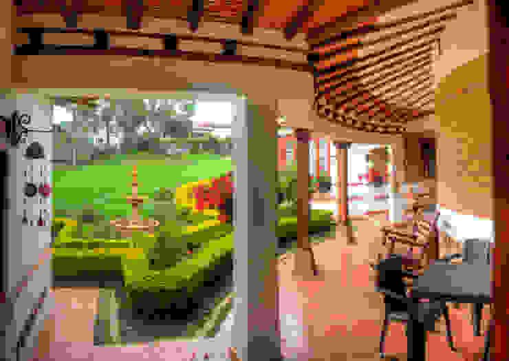 Terraza patio posterior cesar sierra daza Arquitecto Balcones y terrazas de estilo rústico Cerámico Blanco