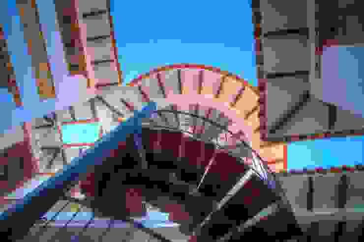 Detalle de aleros y escalera de cesar sierra daza Arquitecto Rústico Derivados de madera Transparente