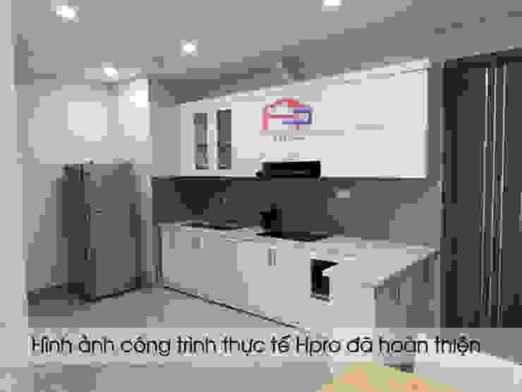 Ảnh thực tế tủ bếp acrylic chữ I nhà chị Hiền: hiện đại  by Nội thất Hpro, Hiện đại