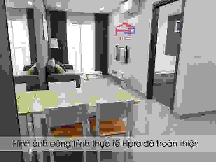 Ảnh thực tế không gian phòng khách nhà chị Hiền sau khi lắp đặt xong kệ tivi: hiện đại  by Nội thất Hpro, Hiện đại