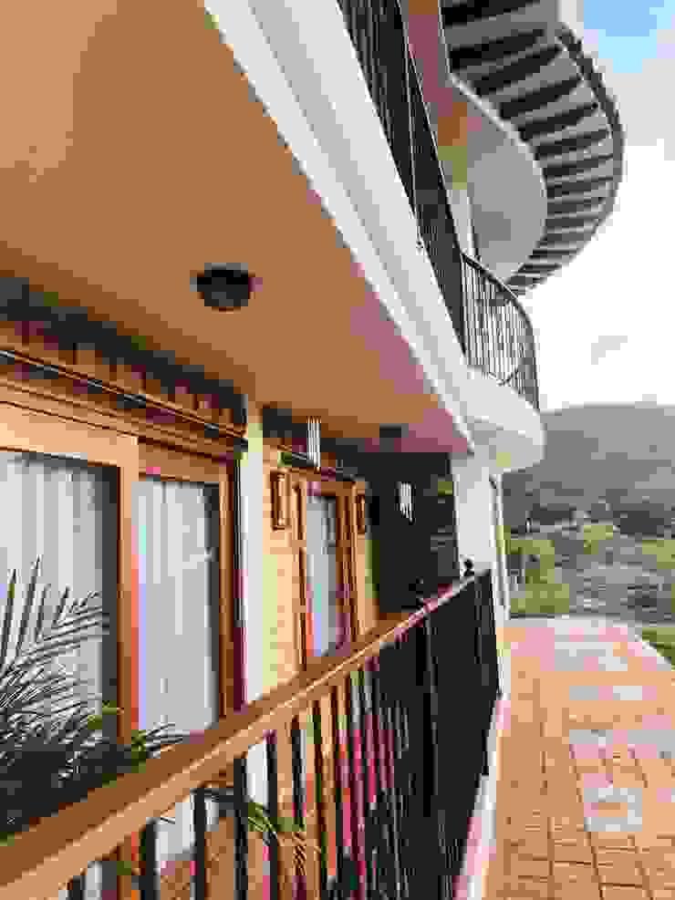 Detalle de balcones de cesar sierra daza Arquitecto Rústico Madera maciza Multicolor