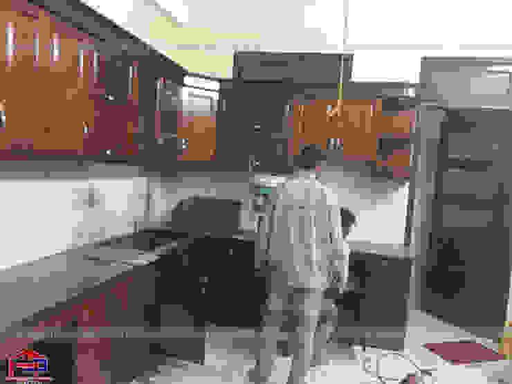Ảnh thi công tủ bếp gỗ sồi mỹ nhà chị Thúy Anh ở Mậu Lương: hiện đại  by Nội thất Hpro, Hiện đại