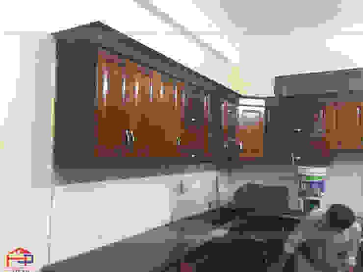 Ảnh thực tế hệ tủ bếp gỗ sồi mỹ trên và mặt đá bàn bếp kim sa trung nhà chị Thúy Anh: hiện đại  by Nội thất Hpro, Hiện đại