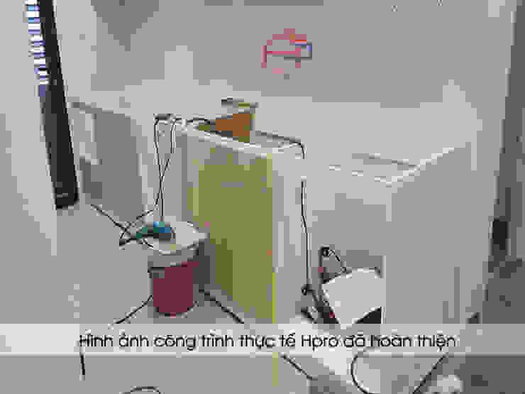 Lắp đặt hệ tủ bếp dưới nhà chị Huyền ở Nguyễn Tuân: hiện đại  by Nội thất Hpro, Hiện đại