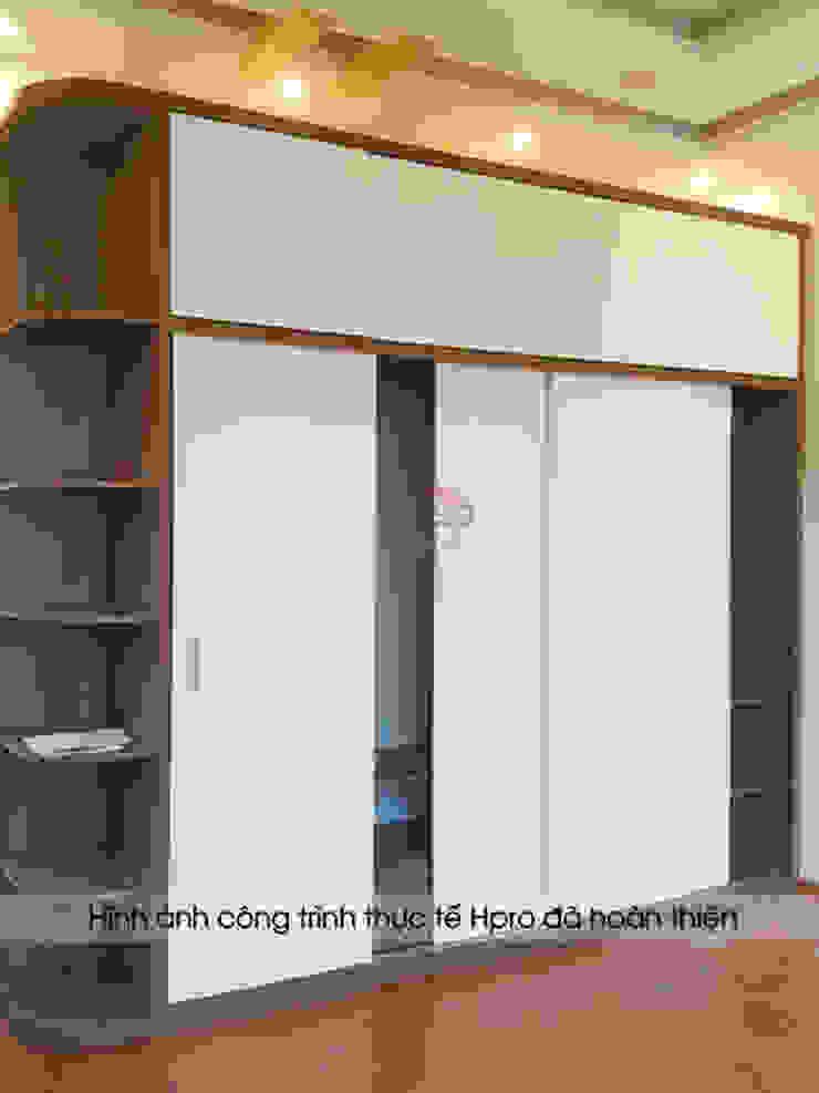 Ảnh thực tế tủ quần áo kèm kệ trang trí gỗ melamine trong phòng ngủ master nhà anh Toản ở Lạng Sơn: hiện đại  by Nội thất Hpro, Hiện đại