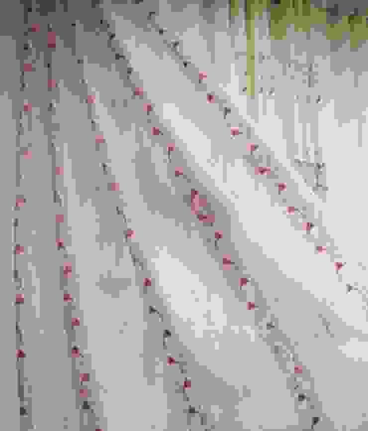 ร้านผ้าม่าน แฟบริค พลัส เน้นการจัดวางลวดลายผ้า ให้ผ้าม่านดูสวยงามลงตัว: ผสมผสาน  โดย Fabric Plus Co Ltd, ผสมผสาน
