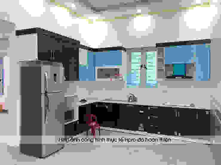Ảnh thực tế tủ bếp acrylic đen trắng nhà chị Hiền ở Nam Định khi chưa gỡ hết lớp nilon bảo vệ bên ngoài: hiện đại  by Nội thất Hpro, Hiện đại
