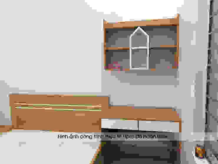 Ảnh thực tế bàn học kèm kệ sách gỗ melamine trong phòng ngủ của bé nhà chị Hiền ở Nam Định: hiện đại  by Nội thất Hpro, Hiện đại