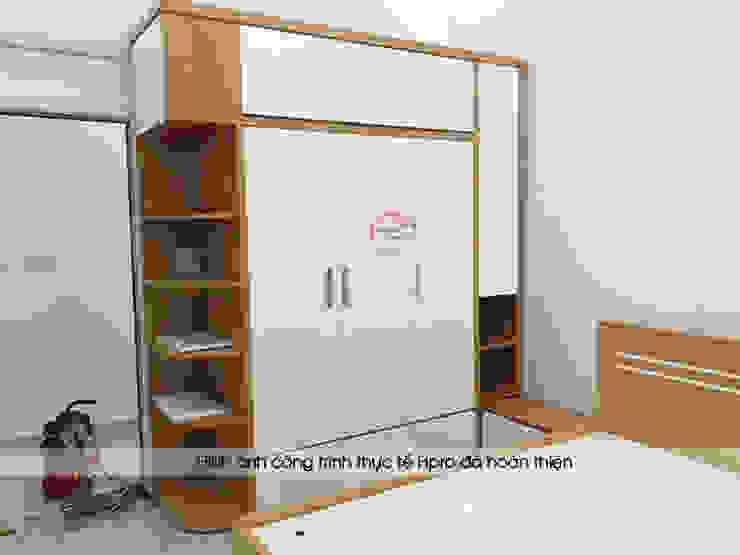 Ảnh thực tế tủ quần áo kèm kệ trang trí trong phòng ngủ master nhà chị Hiền ở Nam Định: hiện đại  by Nội thất Hpro, Hiện đại