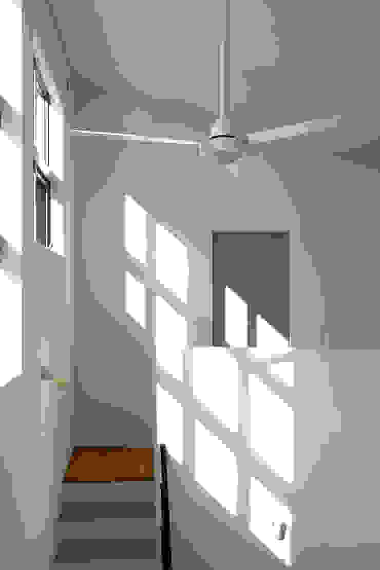 Modern corridor, hallway & stairs by yuukistyle 友紀建築工房 Modern