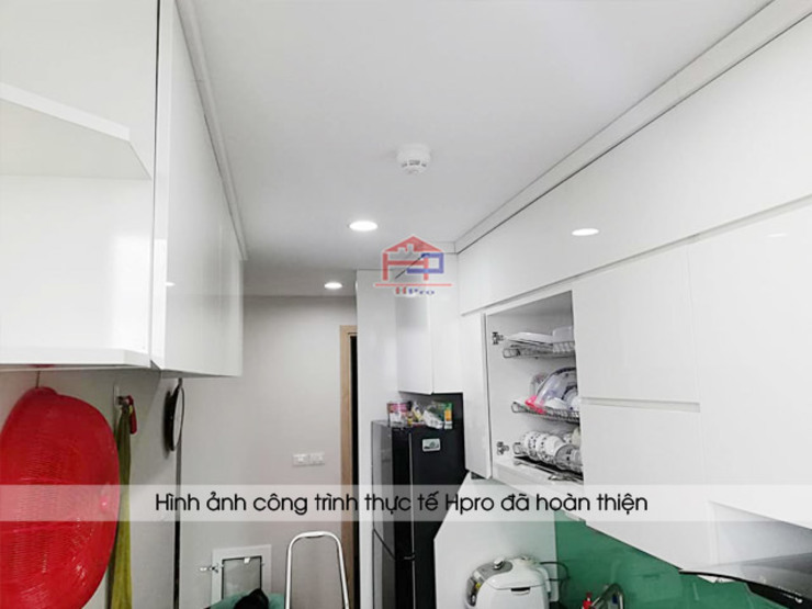 Ảnh thực tế hệ tủ bếp acrylic chữ I song song nhà anh Thư ở HD Mon: hiện đại  by Nội thất Hpro, Hiện đại