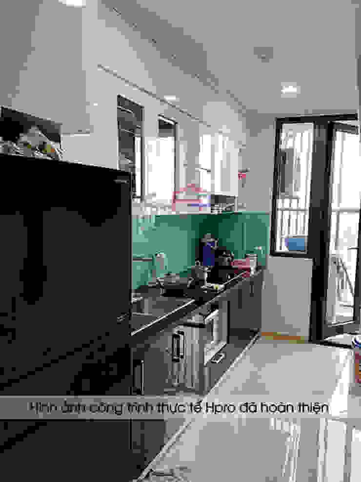 Ảnh thực tế tủ bếp acrylic chữ I đen trắng nhà anh Thư ở HD Mon: hiện đại  by Nội thất Hpro, Hiện đại