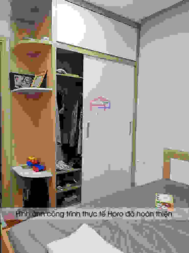 Ảnh thực tế tủ quần áo melamine trong phòng ngủ master nhà anh Thư ở HD Mon: hiện đại  by Nội thất Hpro, Hiện đại
