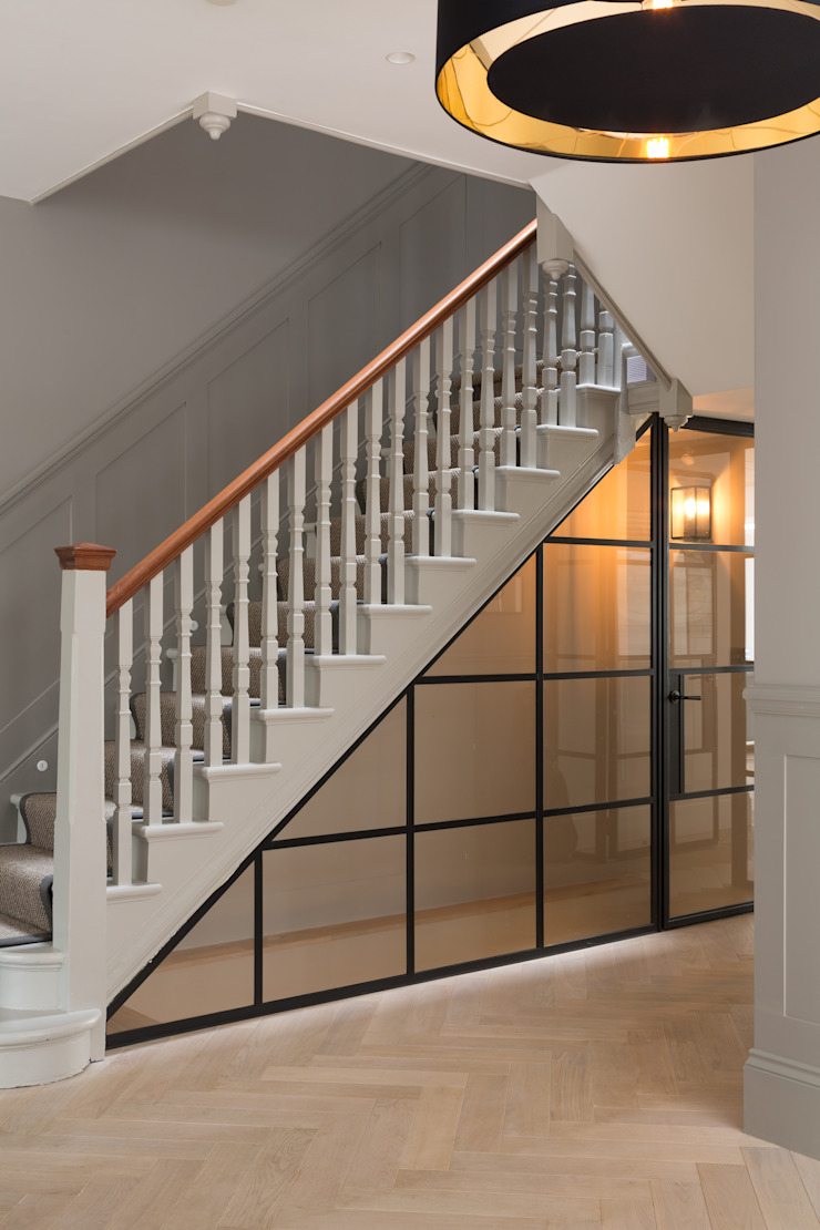 Under stair storage od Shape London Nowoczesny