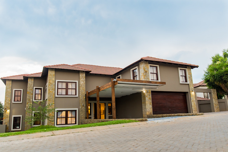 The front view Colonial style house by TOP CENTRE PROPERTIES GROUP (PTY) LTD Colonial