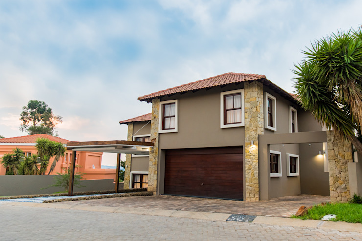 A clean and neat colour palette Colonial style house by TOP CENTRE PROPERTIES GROUP (PTY) LTD Colonial